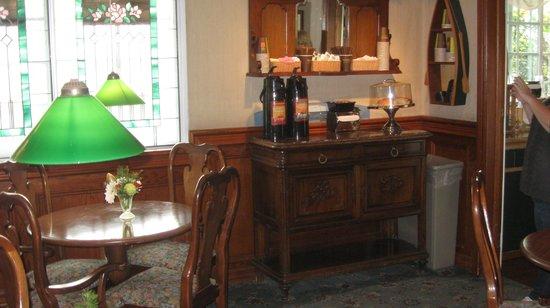 Bay Shores Peninsula Hotel: Breakfast area