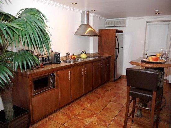 Hotel Kutuma : Kitchen, Room 401