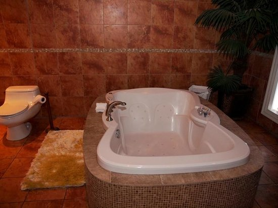 Hotel Kutuma: Bathroom Hot Tub, Room 401