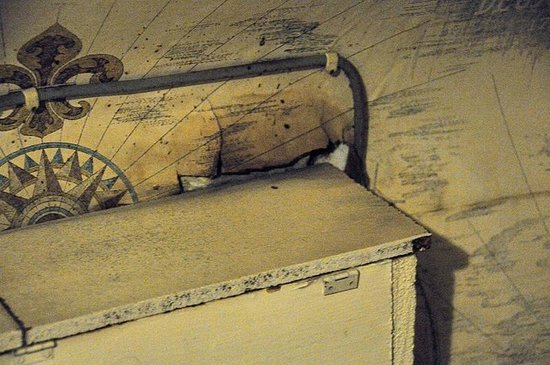das zimmer mit einer matratze auf dem boden als bett mit verdreckter bettw sche bild von. Black Bedroom Furniture Sets. Home Design Ideas