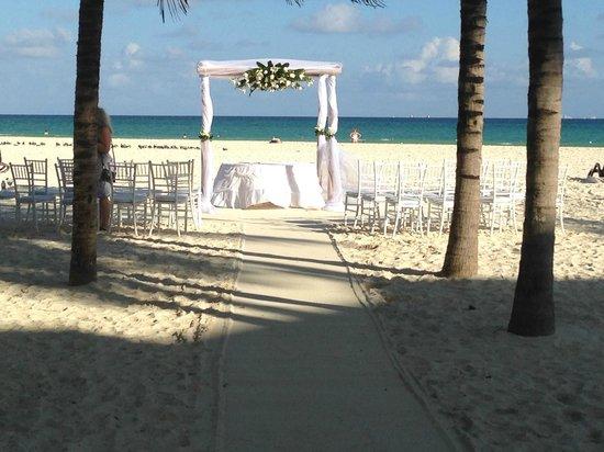 Royal Hideaway Playacar: wedding by beach