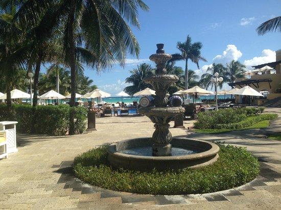 Royal Hideaway Playacar: fountain by infinity pool