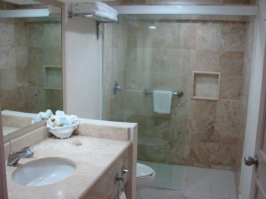 Crown Paradise Club Cancun : Walk in shower in club room.