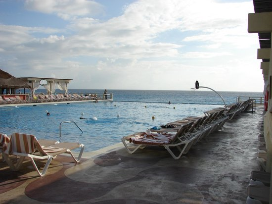 Crown Paradise Club Cancun : Main Pool Infinity view