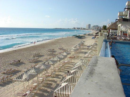 Crown Paradise Club Cancun : Well kept beach.