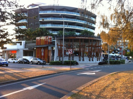 Burleigh Heads Hotel Pub: panoramic view from the road