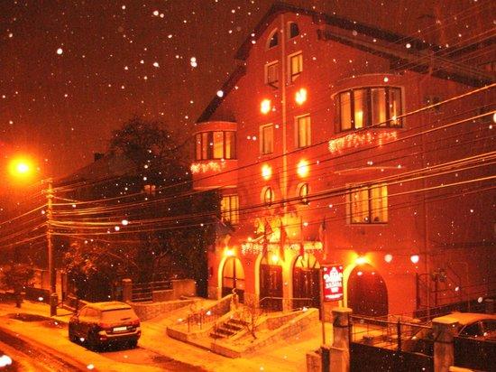 Villa - Hotel ESCALA: snowing