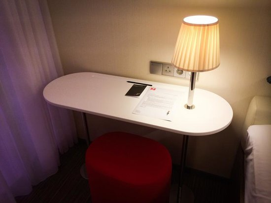 citizenM Rotterdam: Small workspace - good enough for laptop stuff