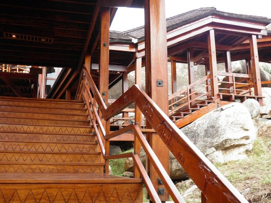 Seronera Wildlife Lodge : Up, up and  away through the rocky woody path to the Bar/Restaurant Area