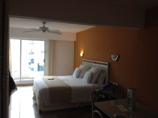 Occidental Costa Cancun : King size bed oceanfront room 4th floor