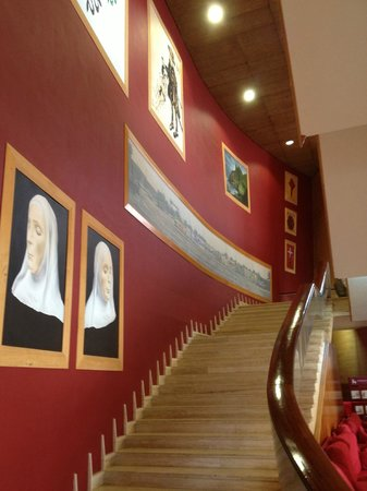 Hotel Escuela Santa Cruz: Парадная лестница на 2 этаж