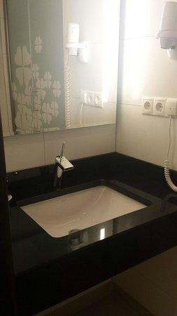 Exe Hotel Klee Berlin: Bagno moderno e funzionale.