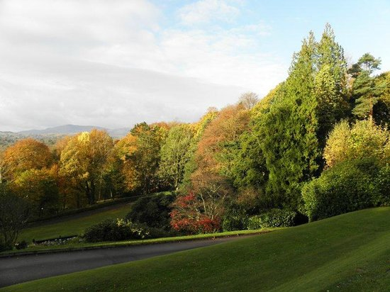 Merewood Country House Hotel: Autumnscape towards lake Windermere.