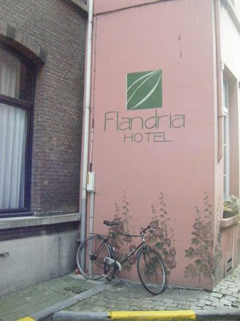 Flandria Hotel: Pretty murals on the hotel