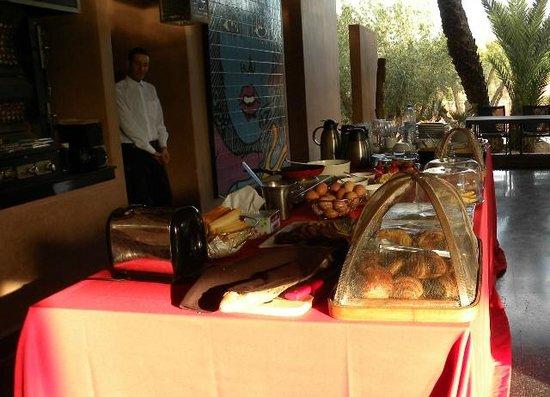 Hôtel Dar Sabra Marrakech : Petit déjeuner buffet servi en extérieur