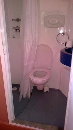 Trebovir Hotel: per potersi sedere nel wc bisogna tenere la porta aperta