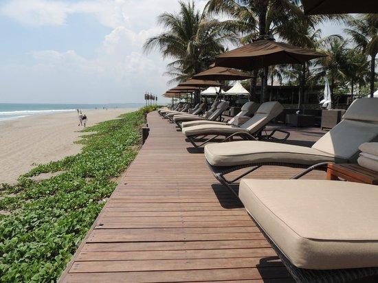 The Samaya Bali Seminyak: strandstoelen
