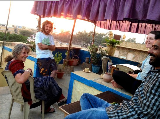 Nomads Guest House : Alex and Aladin have a chat with English muscian guests