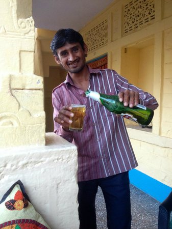 Nomads Guest House : Fatan comes with a lovely beer in the hot afternoon.
