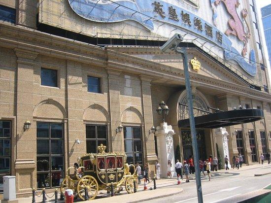 Grand Emperor Hotel: ホテル外観2 豪華金(?)の馬車
