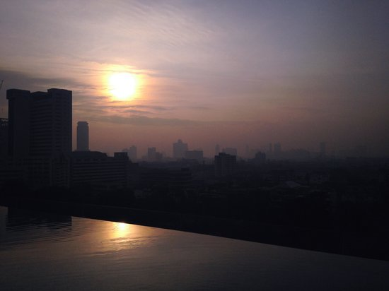 Mode Sathorn Hotel: Sun rise view from pool