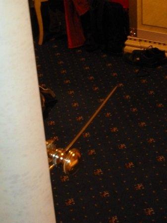 Häcker's Grand Hotel: Riss im Spiegel Kleiderschrank