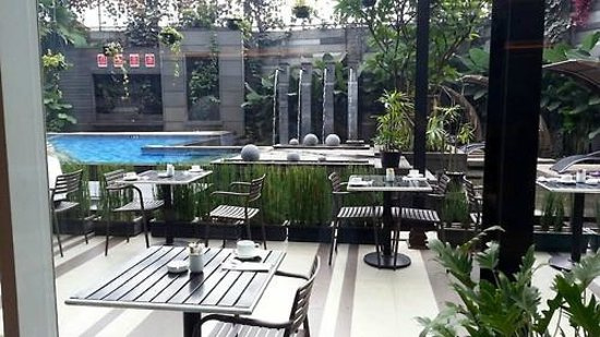 Aston Primera Pasteur Hotel & Conference Center: Poolside breakfast! Great view,