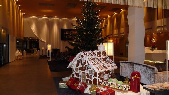 Austria Trend Hotel Park Royal Palace Wien: Lobby with Christmas decorations