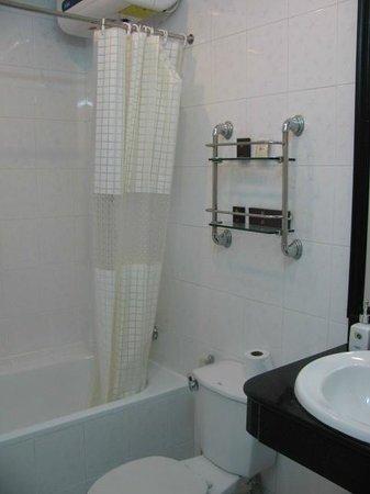Thuy Anh Hotel : gut ausgestattetes und sauberes Badezimmeer