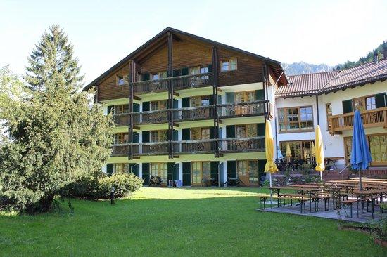 Alphotel Ettal: отель, внутренний двор