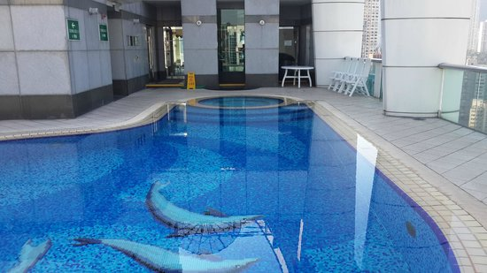Metropark Hotel Causeway Bay Hong Kong: Roof top gym and pool