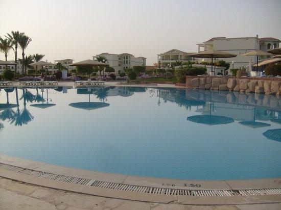 Harmony Makadi Bay Hotel & Resort: Средний бассейн (дифференцированная глубина от 0,5 до 1,5 метров)