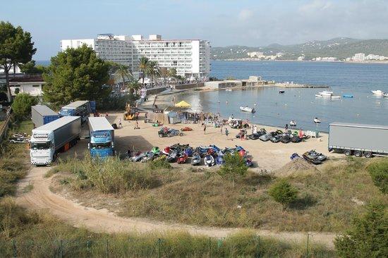 The Beach Star Ibiza: Vistas el día que coincidió con salidas de motos de agua. Los demás días era una playa muy tranq