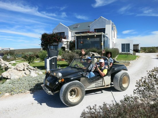 Farr Out Guesthouse : B&B und Deon mit Buggy