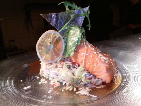 J Cocktail Bar: Ο αγαπημένος σολομός με αχνιστό ρύζι και γλυκόξινη σάλτσα !!!