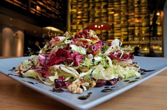 J Cocktail Bar: Σαλάτα πράσινη με καρύδι , ρόδι , κρανμπερις & κατσικίσιο τυρί !!!
