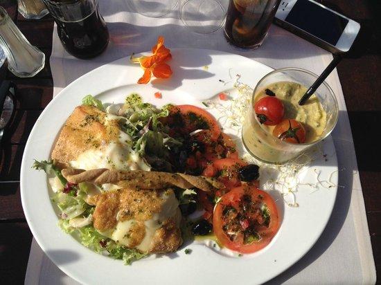 Le Greenwich : Prix : 15,00 €  Salade italienne : Salade, tomates, confit d'oignons et de lardons, mozzarella