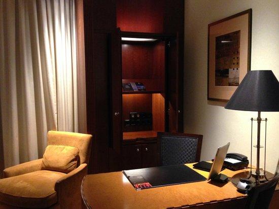 Hotel Adlon Kempinski : table and sockets