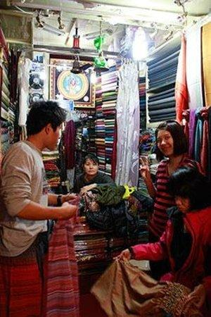 Kaali Kalyan Handicrafts / Textiles: 我們在店內選商品中