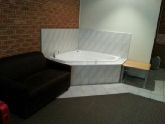 Eltham Motor Inn: Jacuzzi in the middle of the room!