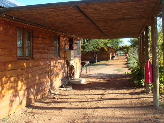 De Zeekoe Guest Farm: Entrée des chalets