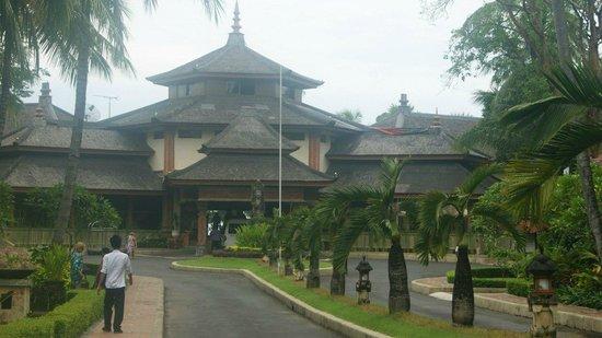 The Jayakarta Bali Beach Resort: На входе в отель