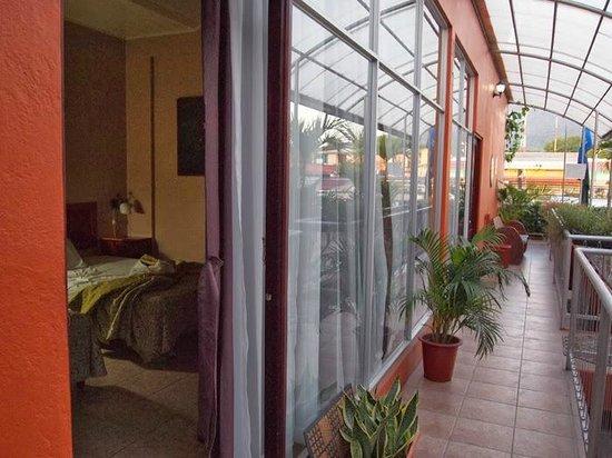 Hotel Las Colinas : habitacion y terraza comunitaria