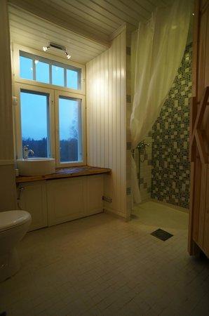 Kuninkaan Kaarre: Modern bathroom and shower