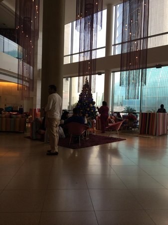 Symphony Style Hotel Kuwait : the lobby with christmas decorations
