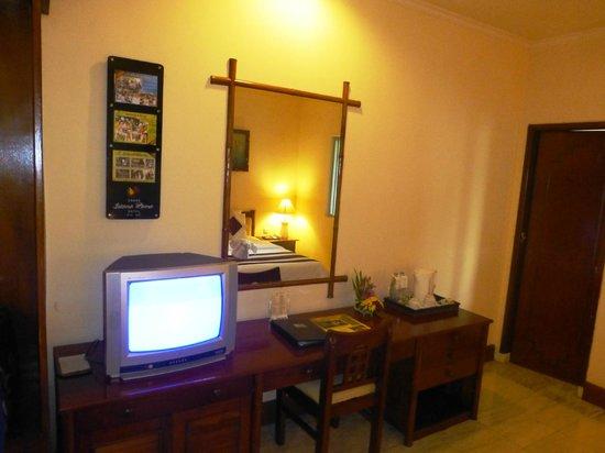 Grand Istana Rama Hotel Bali : living room, old tv