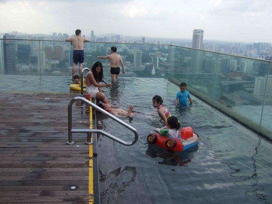 Marina Bay Sands: Terminal1のエレベータ側に子供用プールがあります