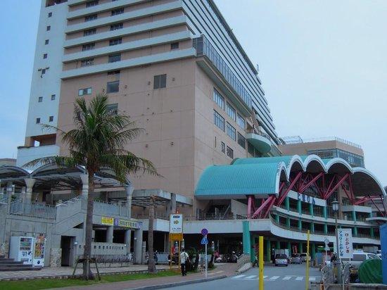 Tomarin : フェリーや高速艇の切符はこの建物で買います