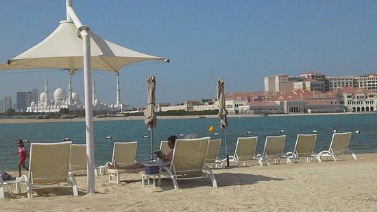 Shangri-La Hotel, Qaryat Al Beri, Abu Dhabi : nice private beach