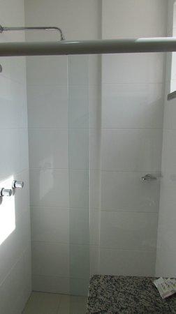 Hotel Al Mare - Florianópolis: NO BOX, FALTOU UM SUPORTE PARA SHAMPOO, CREME ETC